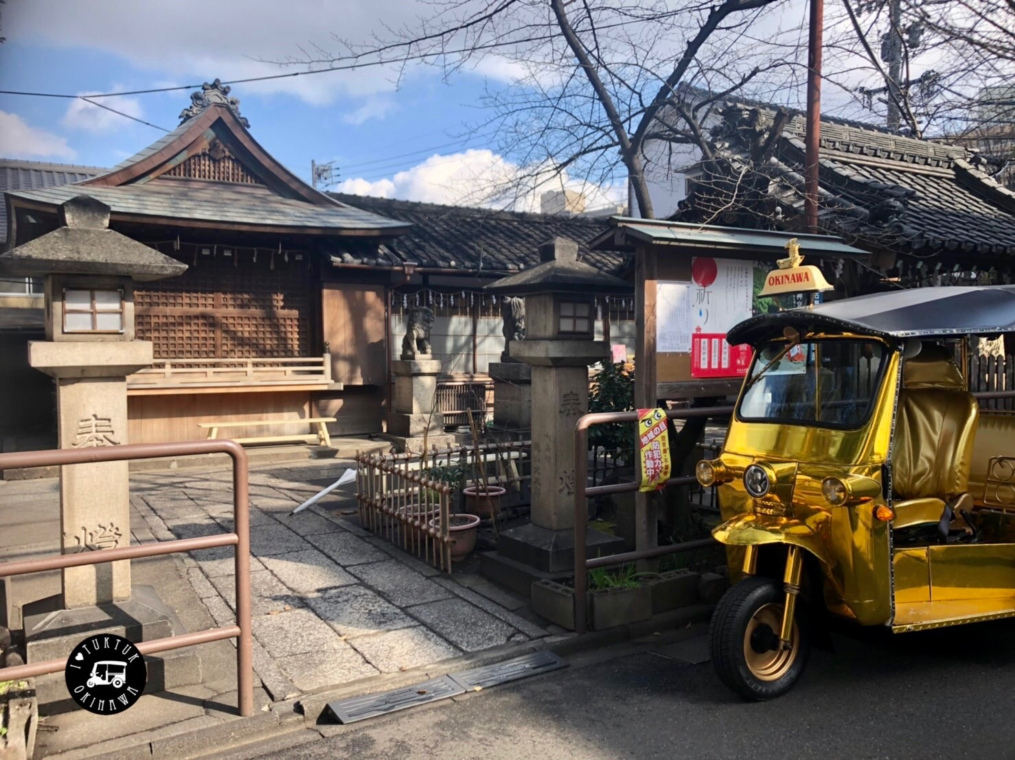 浅間神社(南出入口、正面に神楽殿)