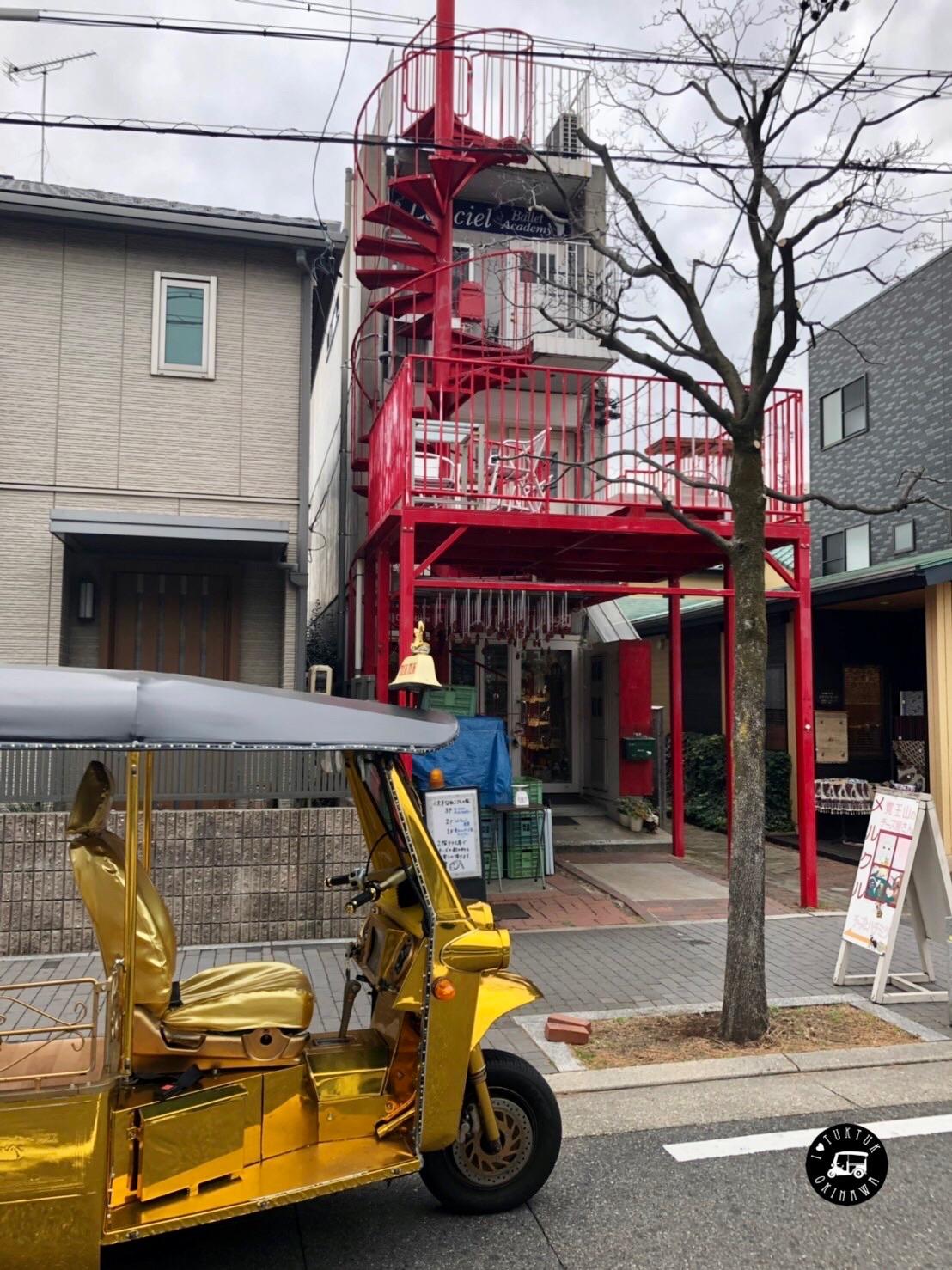 赤い螺旋階段が素敵です。1Fにはカフェがありました。